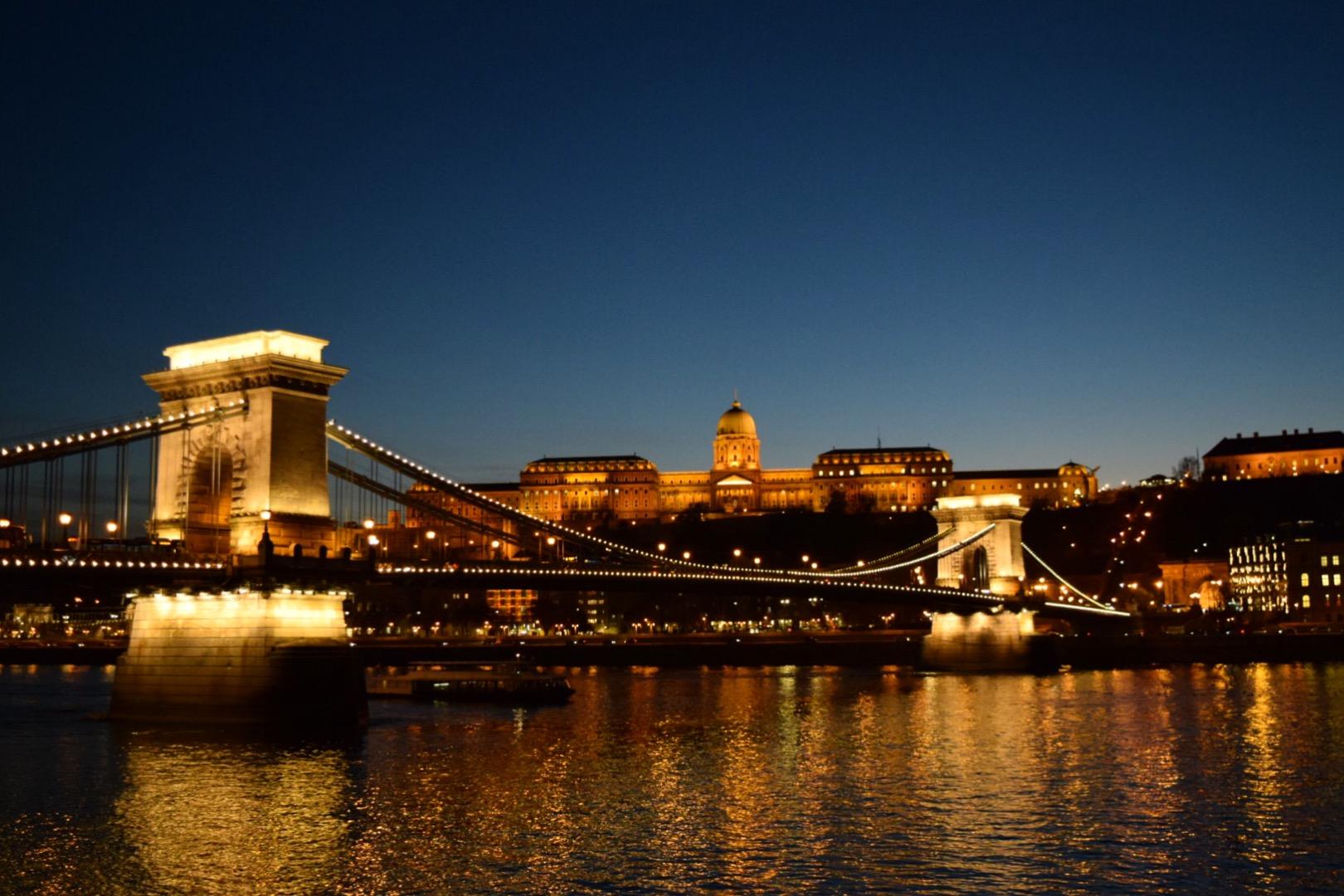 鎖橋と王宮、ドナウ河岸の夜景