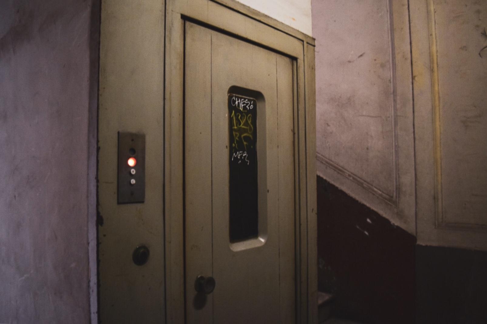 古いエレベーター