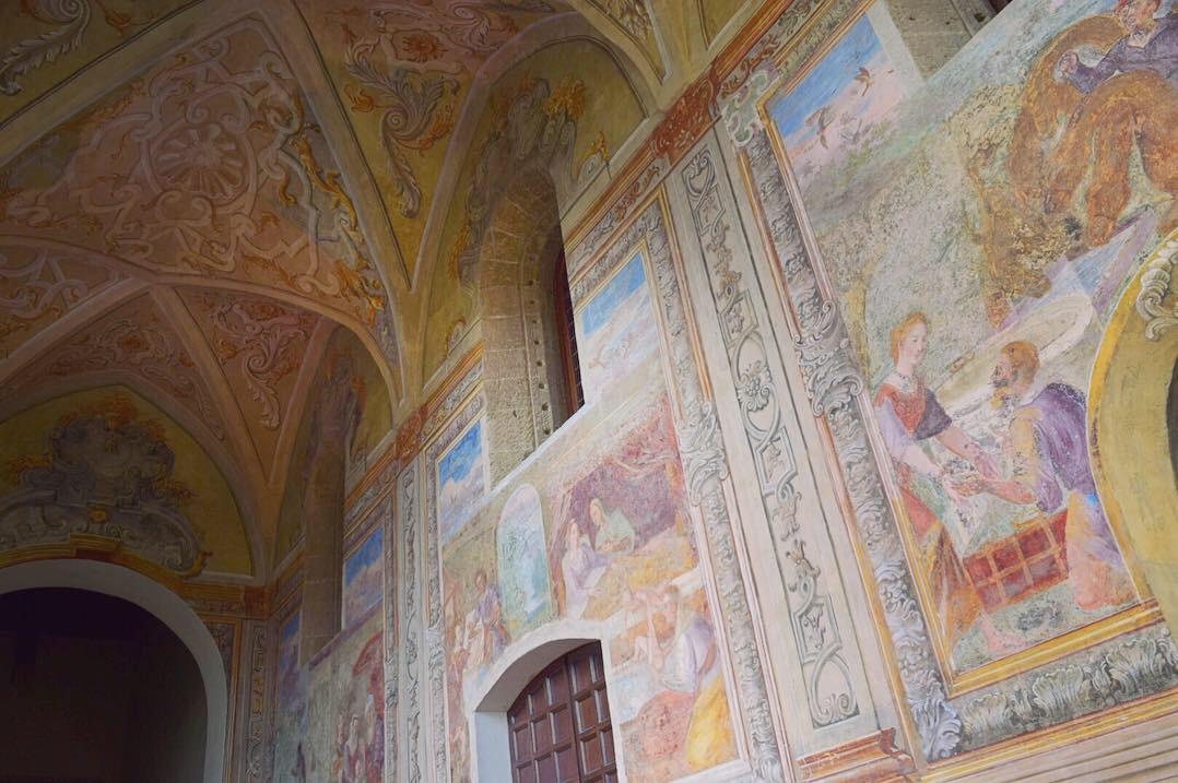 回廊の壁面装飾