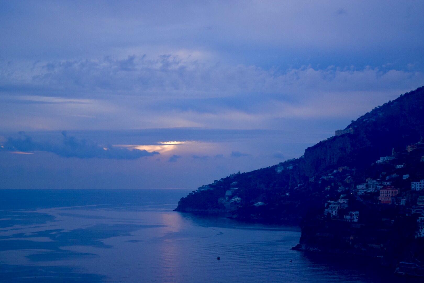 夕暮れ時のアマルフィ海岸